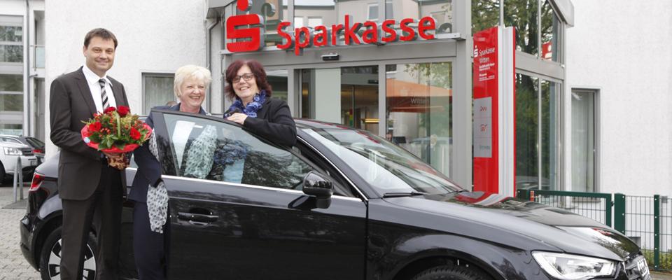 v. l. n. r.: Rolf Jagusch, Leiter der Sparkassen in Witten-Heven, rion von Rüden, Kundenberaterin, lrike Rausch, Gewinnerin des Audi A3