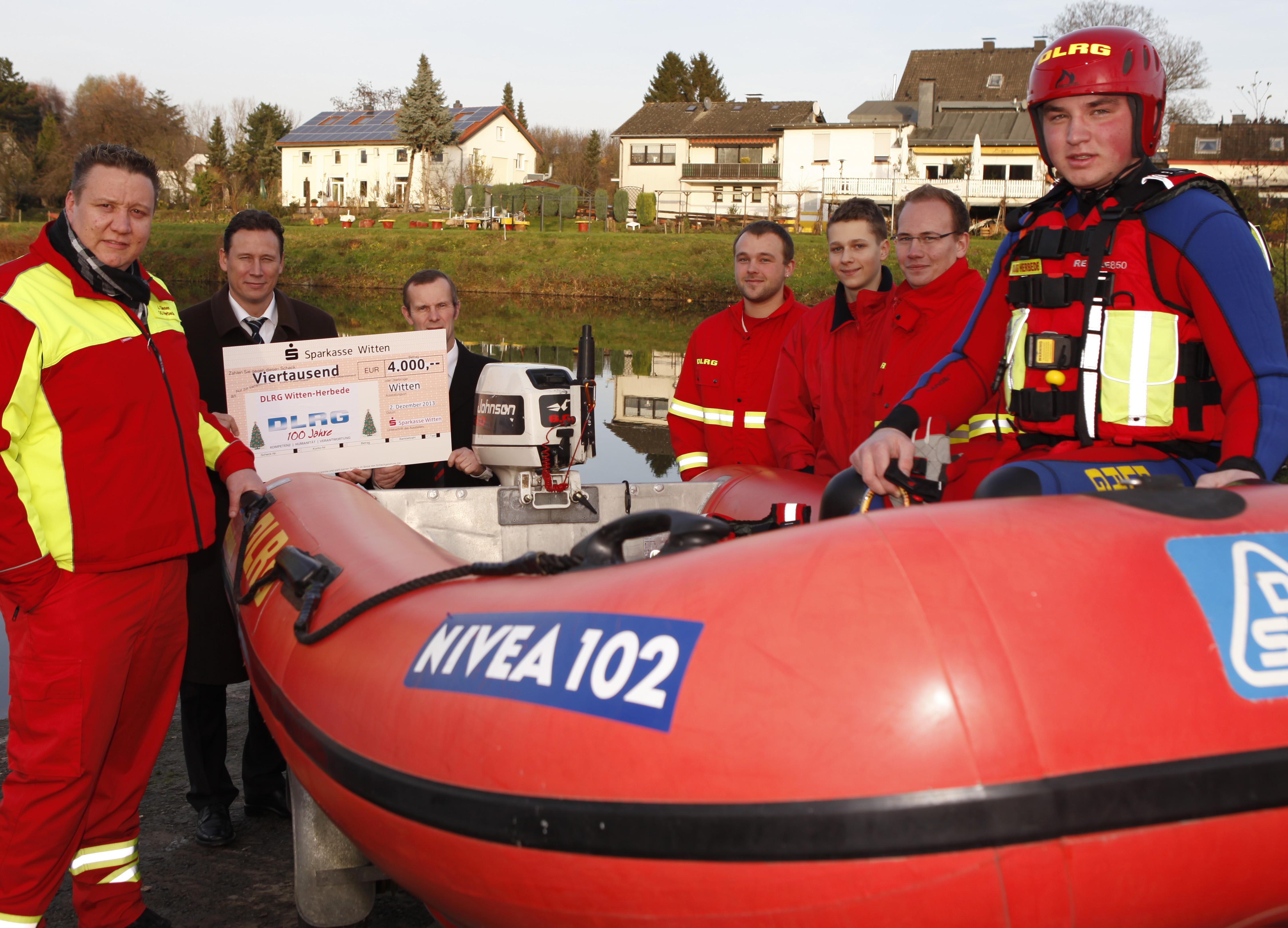 Carsten Schmees (2. v. l.) übergibt 4.000,- Euro an das Team der DLRG-Ortsgruppe Witten-Herbede