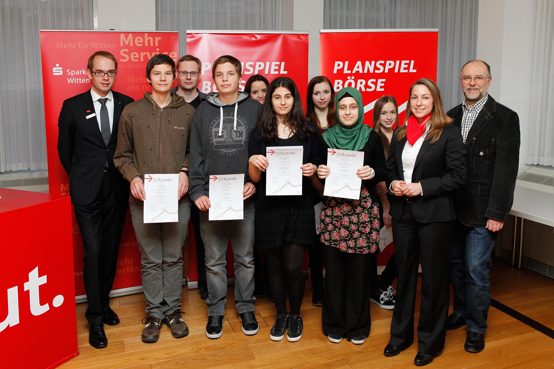 Die Siegerteams mit ihren Lehrern Dominic Hentrich (3.v.l.), Ruhr-Gymnasium, Franz Andorf (r.), Otto-Schott-Realschule, sowie Anja Klug (2.v.r.) und Christian Homberg (l.) - beide Sparkasse Witten