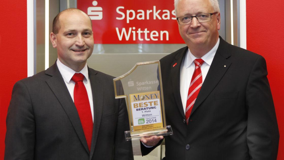 """Ulrich Heinemann (rechts), Vorstandsvorsitzender der Sparkasse Witten, und Olaf Michel (links), Abteilungsdirektor Privatkunden, freuen sich über die erneute Auszeichnung """"Beste Bank Witten 2014"""" beim CityContest 2014 von FOCUS MONEY"""