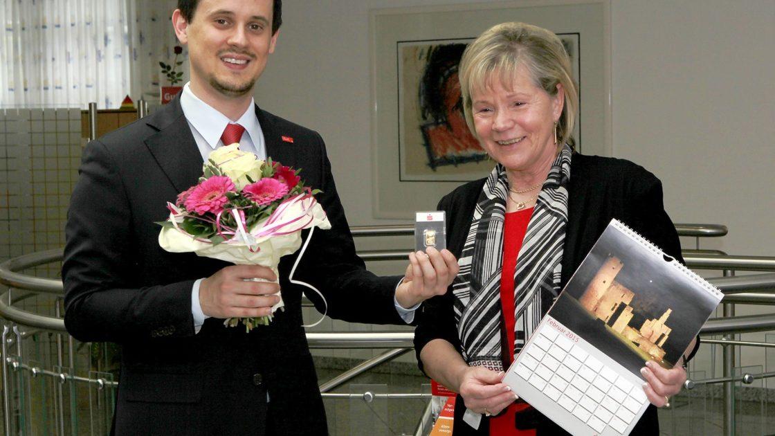 Tim Garstzka, Leiter der Sparkassengeschäftsstelle Annen, gratuliert Ramona Streubel, Gewinnerin des Goldbarrens des Februar-Rätsels