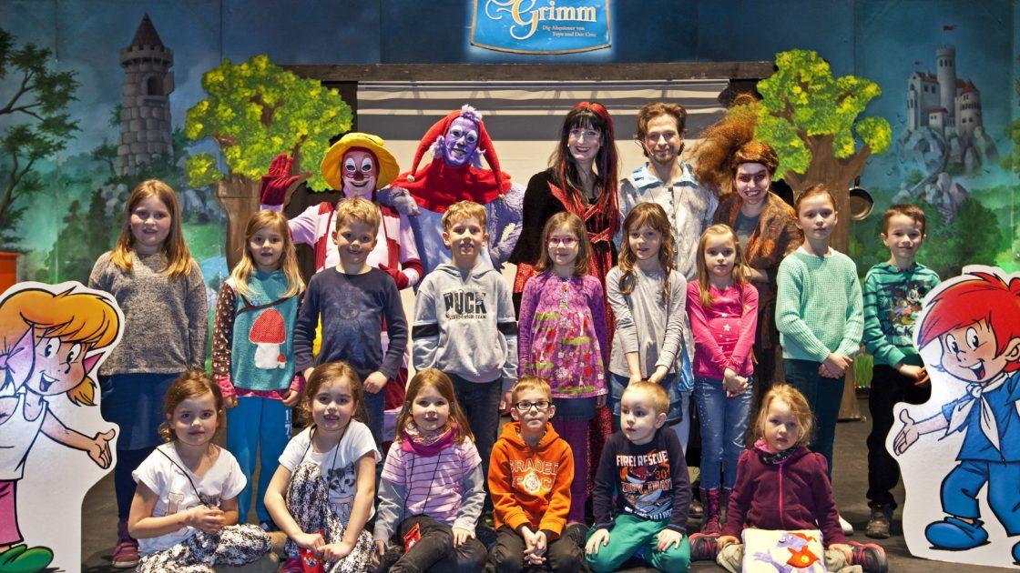 """Das Kinder-Musical """"Simsala-Grimm"""" begeisterte über 600 Kinder im Saalbau Witten. Für einige KNAX-Klub-Mitglieder der Sparkasse ging es auf die Bühne, um die Schauspieler zu treffen. Übrigens: Das Foto kann gerne im KNAX-Klub der Sparkasse Witten, bei Anja Dietrich unter der Telefonnummer 02302/174-1405 bestellt werden."""