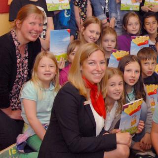 (v.l.) Mit den Drittklässlern der Herbeder Grundschule freut sich auch die Schulleiterin Sabine Bender über das interessant gestaltete Westfalen-Rätselbuch. Anja Dietrich überreichte die Rätselbücher an die Grundschüler.